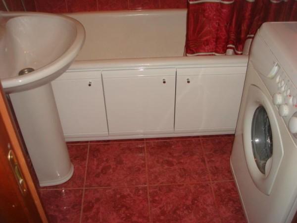 На фото – МДФ экран. Для ванной комнаты устойчивость покрытий к влаге – одно из основных требований.