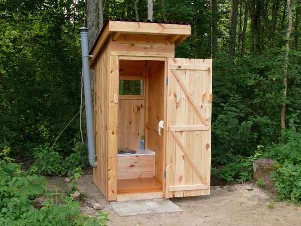 На фото: деревянный туалет – самое простое решение для дачи