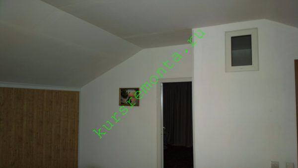 На фото — гипсокартонные потолок и стены, разделяющие кабинет, спальню и санузел.