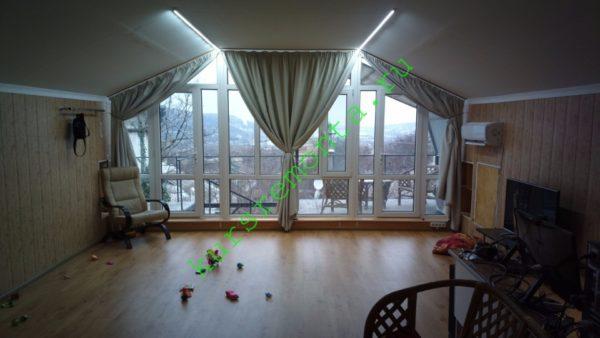 На фото — интерьер мансарды в моем доме. Чистовая отделка помещения закончена три с половиной года назад.