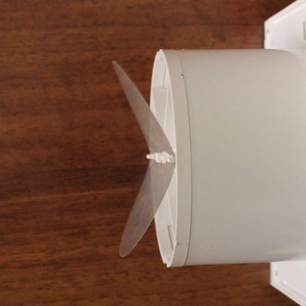На фото — обратный клапан, блокирующий поток воздуха из помещения наружу. Наличие этого элемента повышает эффективность теплоизоляции