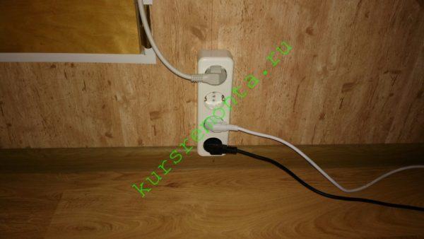 На фото — одна из розеток в мансарде моего дома. Электропроводка разведена в плинтусе с кабель-каналом, розетки установлены непосредственно над ним.