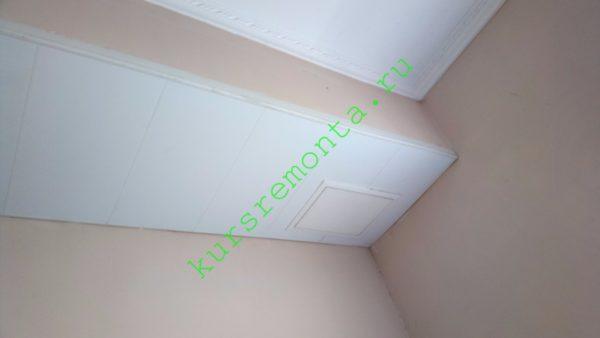 На фото — подшивка вентканала в моей кухне. Короткие пластиковые панели вставлены в два закрепленных саморезами стартовых профиля.