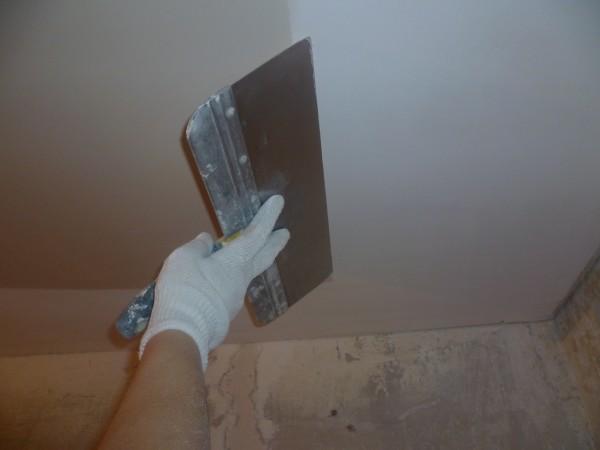 На фото: потолок должен быть идеально ровным в любом интерьере