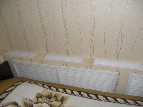 На фото — прекрасный пример того, как нельзя закрывать радиатор отопления. Почему — я объясню чуть позже.