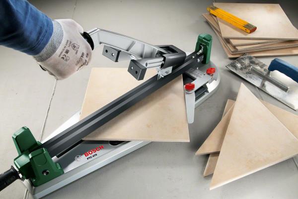 На фото: ручной инструмент позволяет быстро и точно резать плитку