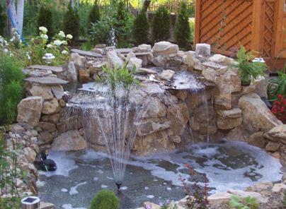 На фото самодельный фонтан, дающий желанную прохладу даже в самые жаркие летние дни