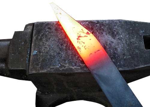 На фото сталь разогретая — самый распространенный метал для ковки благодаря низкой стоимости и высокой прочности