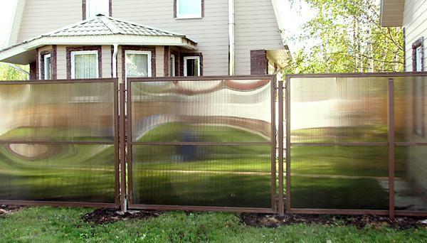 На фото: такой забор при всей своей простоте выглядит отлично