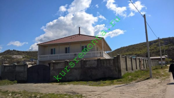 На фото — типичный для Крыма дом для постоянного проживания на дачном участке.