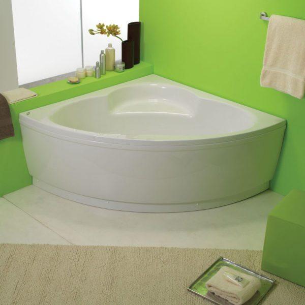 На фото – угловая емкость для принятия ванн: экономит много свободного места.