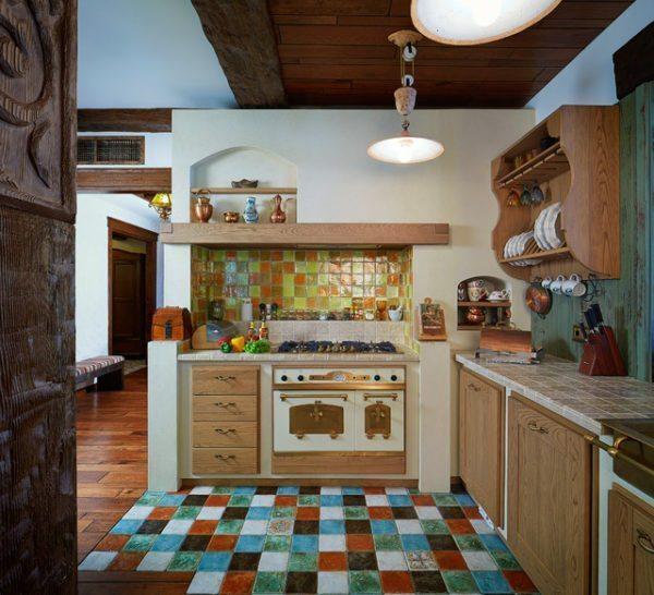 На кухне в стиле кантри можно найти место цветной плитке, образующей яркий лоскутный ковер