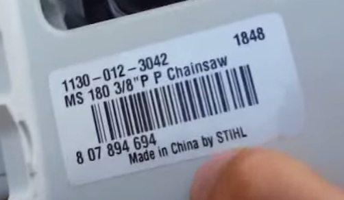 На наклейке под глушителем есть штрих-код и напечатаны данные о стране-производителе пилы.