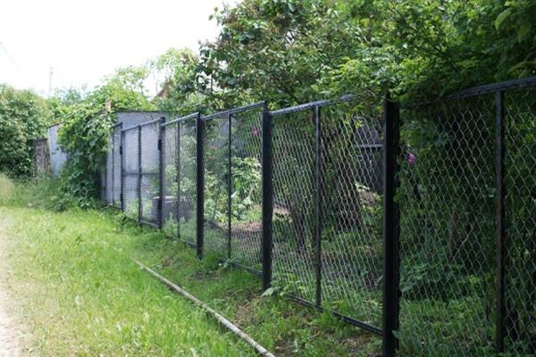 На неровных участках используется более прочный секционный забор
