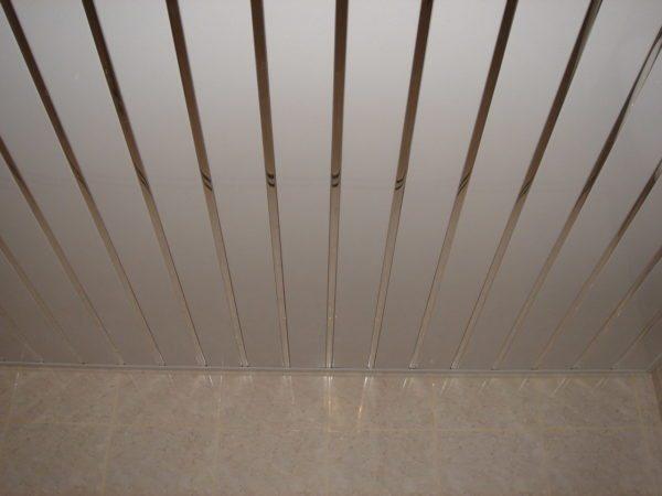На потолке закрытого типа видно чередование реек и вставок