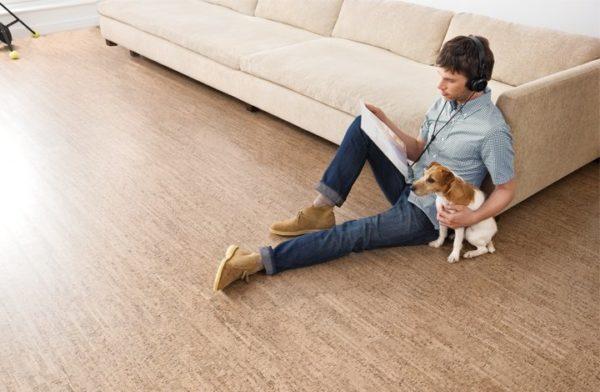На пробковом полу сидеть совсем не холодно, чем порой приятно воспользоваться, чтобы удобно вытянуть ноги