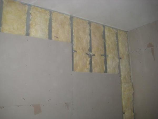 На стене применен и утеплитель.