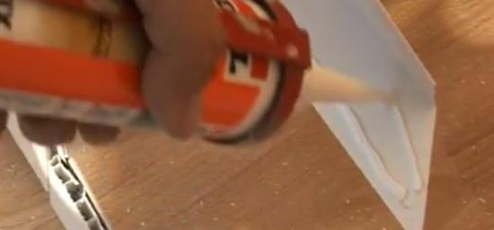 На уголки наносится клеевой состав, и они приклеиваются