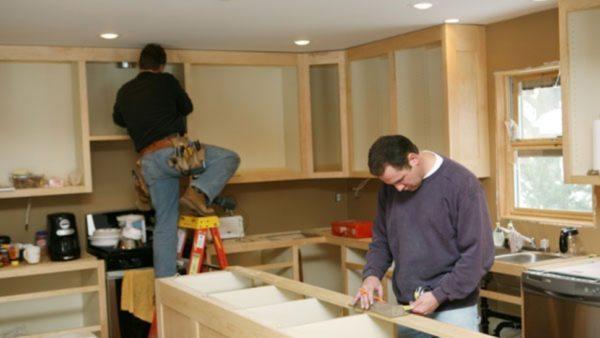 На заключительной стадии ремонта, на кухне устанавливается мебель.