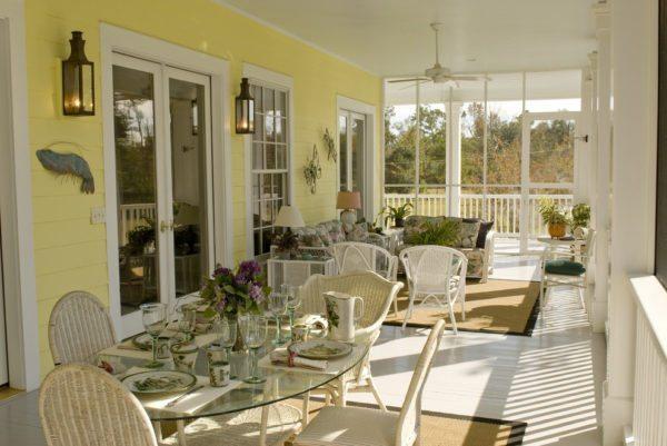 На закрытой веранде можно оборудовать полноценную кухню, гостиную или столовую.