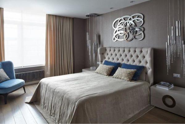 Над изголовьем можно повесить зеркальное панно для эффектного оформления спальной комнаты