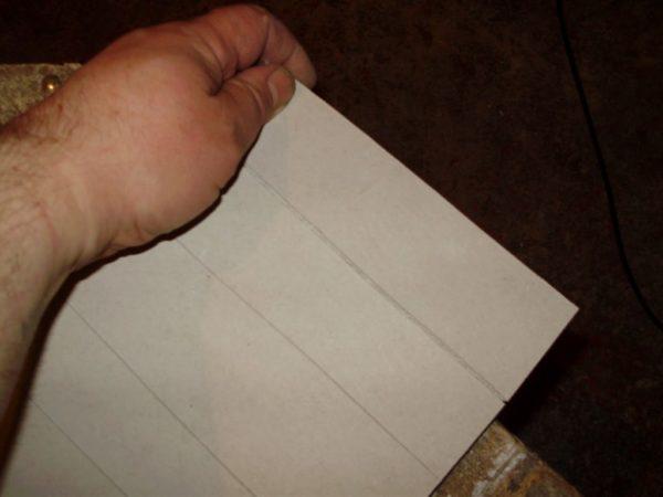 Надрезанный лист сгибается сегментами. Округлую форму изгибу придаст шпатлевка.