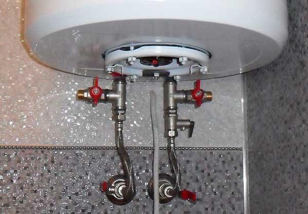 Нагреватели накопительного типа можно подключать через гибкие шланги.
