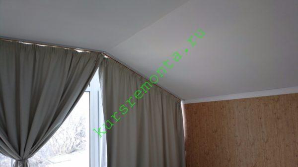 Наклонный потолок спальни в мансарде моего дома подшит стеновым гипсокартоном с толщиной 12,5 мм.