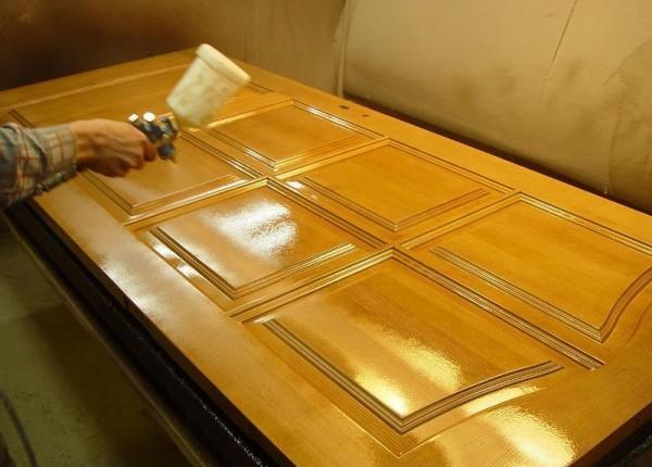 Нанесение лакового покрытия на дверное полотно