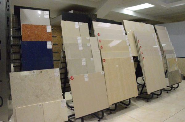 Напольная плитка обычно больше стеновой и чаще всего имеет квадратную форму, хотя есть и прямоугольные варианты