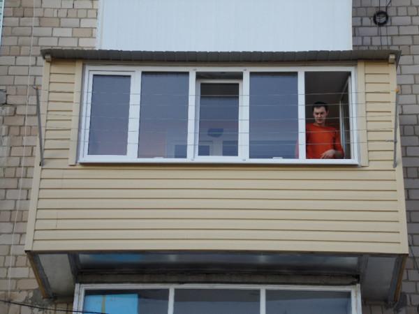 Наружная отделка расширенного балкона сайдингом