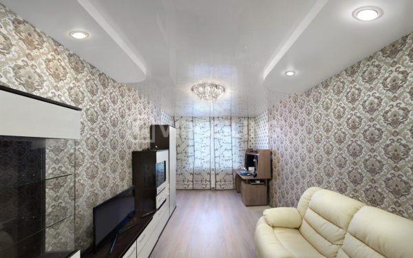 Натяжной потолок в компактной гостиной городской квартиры.