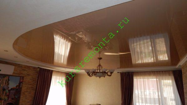 Натяжные двухуровневые потолки в гостиной: нижний уровень создан подвесной конструкцией из гипсокартона.