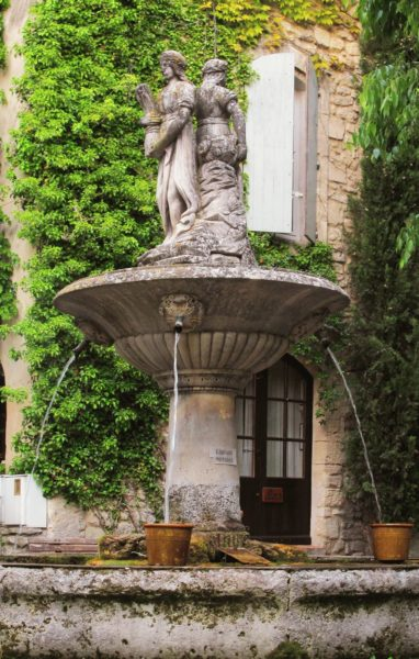 Навершие фонтана в виде скульптур в классическом саду должно перекликаться со стилистикой других строений на участке
