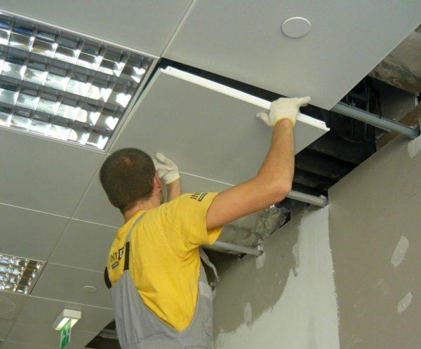 Навесные потолки своими руками монтируются по двум разным алгоритмам: один — для модульных, второй — для реечных систем
