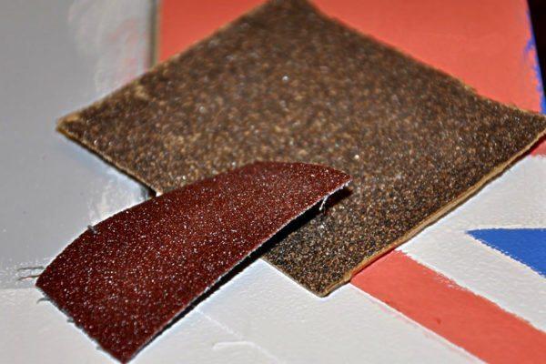 Наждачная шкурка используется для шлифования различных поверхностей — убирает мелкие неровности и заусенцы.