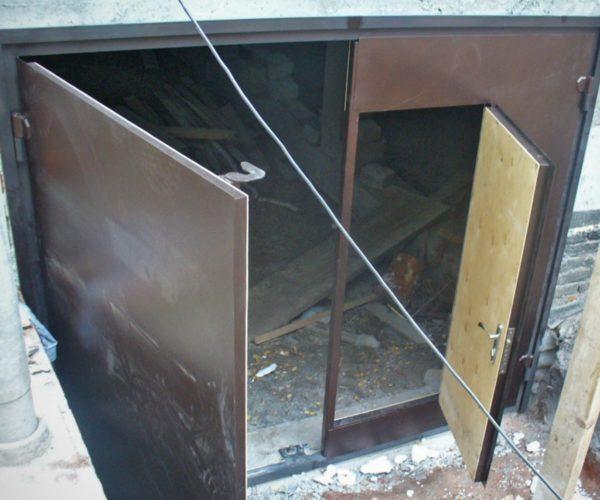 Не нужно ставить отдельные двери на гараж, их можно врезать в ворота