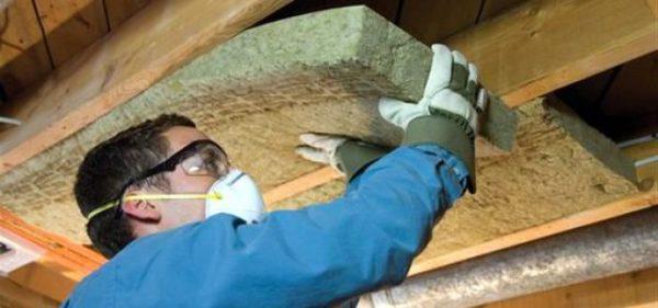 Не забывайте о средствах индивидуальной защиты при работе с минватой, и осыпающаяся с неё пыль никак не навредит вам