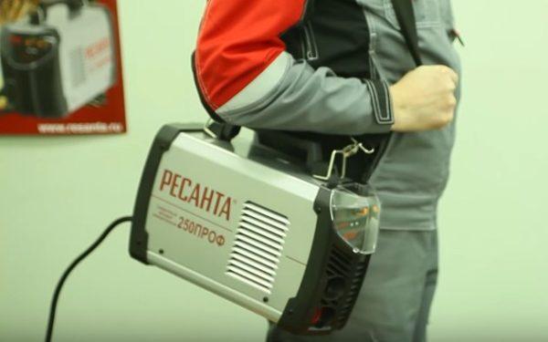 Небольшой вес позволяет держать аппарат на плече в процессе работы
