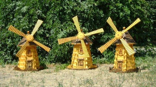 Необязательно ограничиваться только одной мельницей, можно украсить свой сад целой группой таких декоративных сооружений