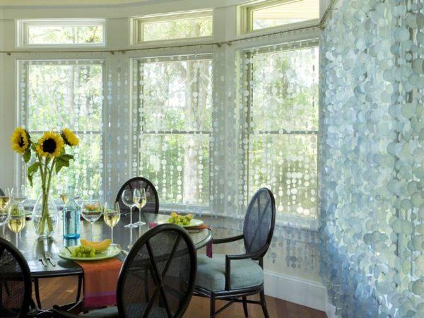 Необычные шторы из пластиковых кружков придают помещению свежесть