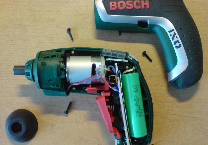 Никель-кадмиевая батарейка занимает чуть ли не половину всего прибора