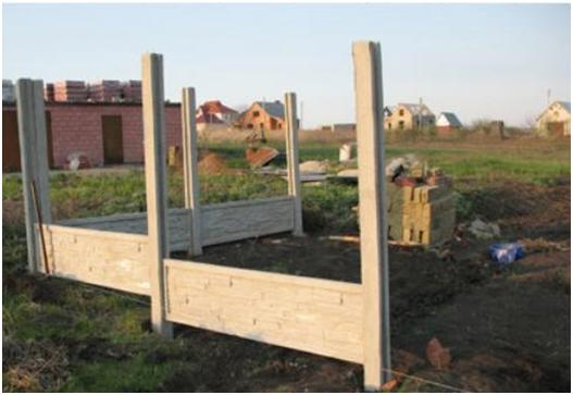 Нижние секции вставляются сразу и обеспечивают правильное расположение столбов