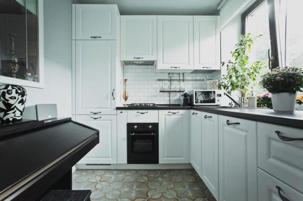 Обои для маленькой кухни в хрущевке должны быть максимально нейтральными, рассмотрите вариант фактурного покрытия под покраску