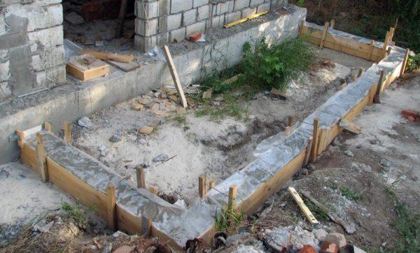 Обратите внимание: ленточный фундамент в доме не имеет жесткой связи с ленточным фундаментом будущей веранды.