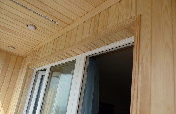 Обшитые вагонкой откосы гармонично смотрятся с деревянной обшивкой стен