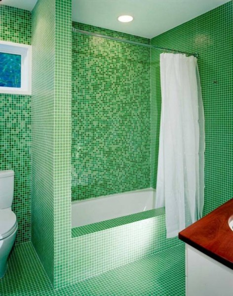 Обшивка гипсокартоном и декорация мозаикой придала этой ванне потрясающий вид!