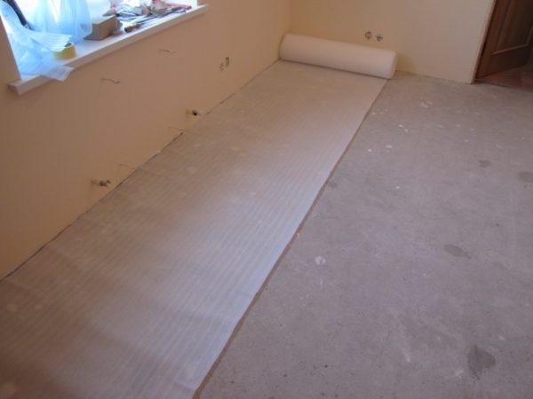 Обычный бетонный пол имеет много мелких неровностей, поэтому на него обязательно укладывается подкладка перед настилом линолеума