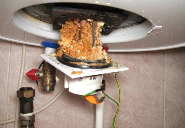 Очистка от накипи и мусора — обязательная процедура для любого накопительного водонагревателя.