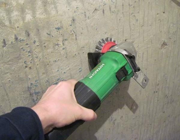 Очистка поверхности стены шлифмашинкой